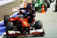 ギアボックストラブルでファイナルラップ走行中にマシンを止めたマーク・ウェバー。最後のパレードラップでアロンソのマシンに拾ってもらいピットへと戻ったが、その行為が危険と捉えられ両者に戒告が言い渡されてしまった。ウェバーは今年3度目のおとがめで、次の韓国GPでは10グリッド降格という思わぬペナルティーを受けることに。(Photo=Red Bull Racing)