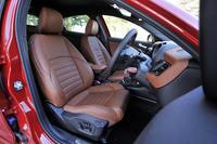 「クアドリフォリオ ヴェルデ」のボディーカラーは全6色の設定。インテリアカラーは4種類から選べる。テスト車は、「アルファ レッド」と「ナチュラル」レザーシートの組み合わせ。