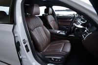 マッサージ機能付きのフロントシート。表皮にはナッパレザーを採用している。