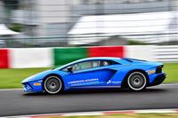 動力性能は0-100km/h加速が2.9秒で、最高速は350km/h以上。