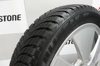 「ブリザックNVオロジック」は、「エコピアEP500オロジック」と同じ狭幅大径技術を取り入れた初のスタッドレスタイヤ。まずは日本と北欧で販売される。