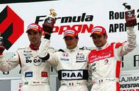 1位デュバル(中央)、2位ビルドハイム(左)、3位トレルイエ(右)、荒れたレースに外国人ドライバーが上位を独占した。