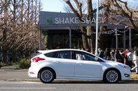 明治神宮外苑にオープンした「SHAKE SHACK(シェイクシャック)」の日本1号店と、われらがフォーカス号。