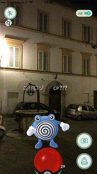 夜の0時近く、イタリアのシエナ旧市街を散策中に発見したモンスター「ニョロゾ」。