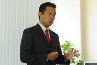 テュフ ラインランド ジャパンにおいて自動車アフターマーケット事業を担当する栗田隆司氏。日本における自動車のアフターサービスマーケットや、保険会社や認定工場の現状を説明し、工場の認証制度の重要性をアピールした。