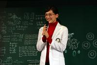 """「ブリザック」のCMキャラクターを務める綾瀬はるかさんは、白衣とメガネ姿の""""教授スタイル""""で登場。CM撮影時の裏話などを披露した。"""