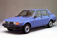 こちらは直線的なデザインが特徴の2代目。初代の登場から23年後の1977年に発売された。