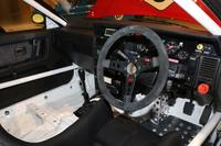 軽量化のため、インテリアではダッシュボードとドアパネルを残し、内張りがすっかり剥がされている。