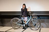 「アルベルトシリーズ」のイメージキャラクターを務める大友花恋さんと「アルベルト e」。