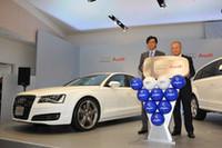 5月26日、アウディ車受け渡し式でのひとこま。アルベルト・ザッケローニ サッカー日本代表チーム監督(写真右)と、大喜多寛アウディジャパン社長。