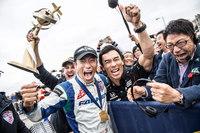 2017年のレッドブル・エアレースでシリーズチャンピオンに輝いた室屋義秀選手(中央左)と、室屋選手を祝福するレーシングドライバーの佐藤琢磨選手(中央右)。(Joerg Mitter/Red Bull Content Pool)