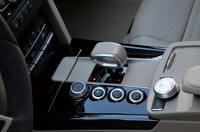 トランスミッションには「AMGスピードシフトMCT」を採用。セレクターの横には統合制御「AMGドライブユニットシステム」のスイッチ類が並ぶ。