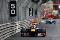 スタートでトップを守ったウェバー(写真前)は、終始ロズベルグ(同後ろ)を従えて走行。レース中盤には、タイヤ作戦を異にしたチームメイト、セバスチャン・ベッテルにトップを奪われたものの、最終的には首位に返り咲くことに成功した。(Photo=Red Bull Racing)