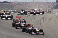 スタート直後のターン1に真っ先に進入するマーク・ウェバー(先頭)のレッドブル。僚友セバスチャン・ベッテル(前から2番目)が3番グリッドから2位にジャンプアップしたものの、次のターンで予選2位ハミルトン(同3番目)にかわされた。(写真=Red Bull Racing)