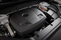 「T8 Twin Engine AWDインスクリプション」のパワーユニット。ターボチャージャーとスーパーチャージャーを備えるガソリンエンジンに電気モーターが組み合わされる。