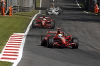 フェラーリは地元で完敗。マッサ(手前)は3位走行中トラブルでリタイア。キミ・ライコネン(奥)は、トップの2台から30秒近く遅れ3位でゴールした。(写真=Ferrari)