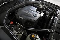 184psを発生する2リッター直4ターボエンジン。2.5リッター直6に比べ、最高出力は20psダウンしたが、最大トルクは2.0kgmアップしている。