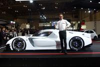 「GRスーパースポーツコンセプト」とGAZOO Racing Companyプレジデントの友山茂樹氏。