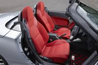 黒い内装色と赤いファブリックシートおよびドアトリムは、「セロ」の専用オプションである「レッドインテリアパック」に含まれるもの。標準仕様の内装色はブラウン、シートカラーはベージュとなる。