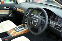 「MMI(マルチメディアインターフェイス)」は全車標準。シフトノブ下のダイヤル&ボタンで操作する。