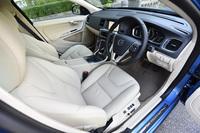 「ラグジュアリー エディション」の目玉となる本革シート。ボディーカラーに合わせて、ソフトベージュ(写真)またはオフブラックのシート地が用意される。