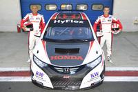 マシンを囲む2名のドライバー。ガブリエル・タルキーニ(写真左)とティアゴ・モンテイロ(写真右)。