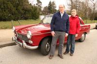 写真の「プジョー404」をはじめ、さまざまなヒストリックカーを楽しむディディエ氏。