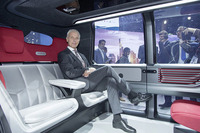 「セドリック」はハンドルやアクセルがないレベル5の完全自動運転を想定している。シートに座るのはVWグループのマティアス・ミュラーCEO。