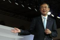 プレスブリーフィングで登壇する、富士重工業の吉永泰之社長。