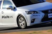 「プレイズPX」を装着した「レクサスCT200h」。