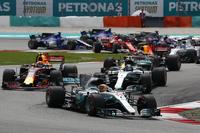スタートでトップを守ったポールシッターのハミルトン(写真先頭)。その後ろではフェルスタッペン(同左)とボッタス(同右)が横並びでポジションを争ったが、フェルスタッペンに軍配が上がった。(Photo=Mercedes)