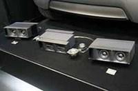 登場が待たれていたソニックデザイン/トレードインボックスの新型サブウーファー。A4サイズで厚さ10cmの本体は金属と合成樹脂で出来ている。上級モデルの「TBM-SW77」と普及機の「TBE-SW77」が用意される。