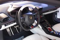 """ホワイトとブラックのツートンカラーと、レッドのアクセントが目を引く、""""アド・ペルソナム車""""のインテリア。"""
