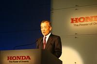"""記者会見を行うホンダの福井威夫社長。「新たなモノ作りの改革を進めるには、""""日本の力""""が必要」とし、生産体制を抜本的に見直す考えを示した。最大の狙いは、コスト競争力を高めることと思われる。"""