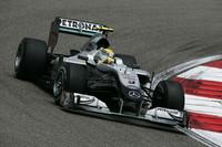 マレーシアに続き3位でゴールしたメルセデスのニコ・ロズベルグ(写真)。予選4位から、レース序盤はドライタイヤに賭けトップとして周回を重ね、雨脚が強くなりコースオフしバトンにその座を奪われたが、力強い走りでポディウムの一角を勝ち取った。チャンピオンシップではバトンに次ぐ2位。(写真=Mercedes Benz)