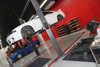 「大森ファクトリー」の整備場。手前のR33「スカイラインGT-R」は、パワートレインからサスペンションまでを外してリビルド作業中。