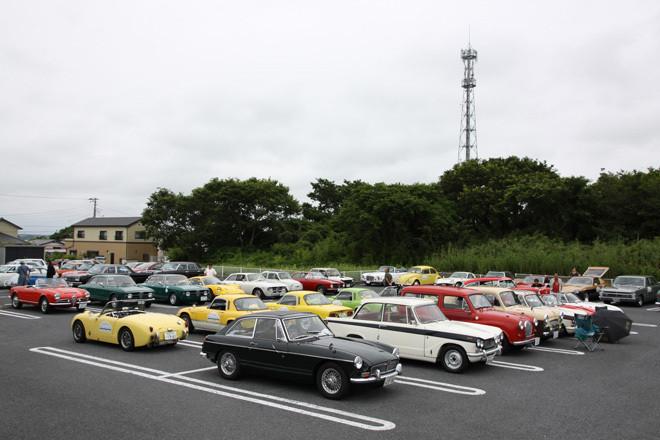 集合場所である大洗町の海鮮レストランの駐車場でスタートを待つ、約80台の参加車両の一部。