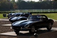「Fタイプ」の先祖にあたる、往年のスポーツカーたち。奥から「ジャガーCタイプ」「Dタイプ」、そして「Eタイプ」が並ぶ。