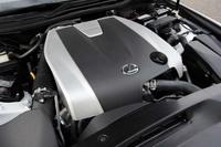 """「IS350""""Fスポーツ""""」の3.5リッターV6エンジンは、最高出力318ps、最大トルク38.7kgmを発生する。"""