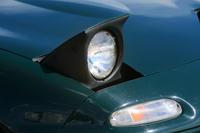 初代「ロードスター」の特徴であるリトラクタブルヘッドライト。2代目からは固定式の異形ヘッドライトが採用された。