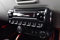 各所に施されたユニークなデザインも「イグニス」の特徴。インテリアでは円筒形のモニターと横並びのスイッチを組み合わせた空調の操作パネルが目を引く。