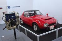「トヨタ・スポーツ800 ガスタービン・ハイブリッドカー」。ガスタービンエンジン(写真左)とモーターを併用するタイプのハイブリッド車である。