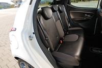 「プラチナ」の後席。シートはすべて、ヘッドレストと3点式シートベルトを備える。なお、エアバッグは6個を標準装備。