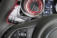 6段AT車にはシフトパドルが標準装備される。