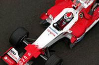 予選では好調、決勝では不調。ヤルノ・トゥルーリは、2番グリッドから好スタートをきったものの、早々にオーヴァーステアに悩まされペースがあがらず。「レースを通して後続を抑えるべく奮戦を続けたが、後続車が基本的に我々よりも速かったこともあり苦戦を強いられた」(本人談)。それでもトヨタは、ラルフ・シューマッハーとともにダブル得点に成功。コンストラクターズランキングでウィリアムズを抜き、4位となった。(写真=トヨタ自動車)