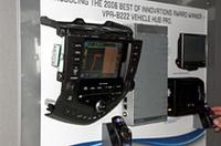 ホンダ・オデッセイの純正ナビ&AVシステムの音楽信号(スピーカー出力)を受け、高度な音場&音質補正を行なった後、アンプに接続可能な信号に変換するプロセッサーと、それをコントロールするワイヤレスコマンダーがセットになった「ヴィークルハブ・プロ」。純正AVシステムをベースにハイクオリティなアルパイン・サウンドが楽しめるシステムを構築できる。
