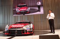マシンの傍らでマイクを握るのは、宮谷正一ニスモ社長。「ファンのみなさまに、モータースポーツのわくわく感を届けたいと思っています」。