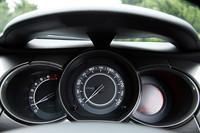アーチ状のフローティングサンバイザーに覆われた3連メーターは、スピードメーターとタコメーターのアナログメーターふたつと、トリップメーター、燃料計、オイルインジケーターなどを表示する、デジタルメーターからなる。