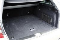 「EASY-PACKクイックフォールド」は、テールゲートや後席左右にあるレバーを引くだけで後席背も たれを前に倒せる機構。床下には92リッターの収納スペースも備わる(E350 ブルーテックは除く)。