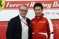 フェラーリ・ジャパンCEOのハーバート・アプルロス氏(左)と、スクーデリア・フェラーリのワークスドライバーとなった小林可夢偉選手。